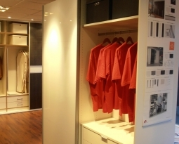 Nu in de showroom Zweefdeurkasten en Draaideurkasten van Jutzler Swiss Made